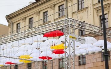 На улице Комсомольской появились парящие зонтики